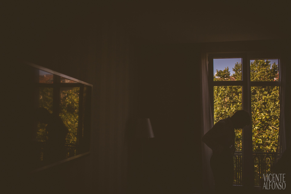 El novio a contraluz de la ventana del Hotel NH Nacional Madrid