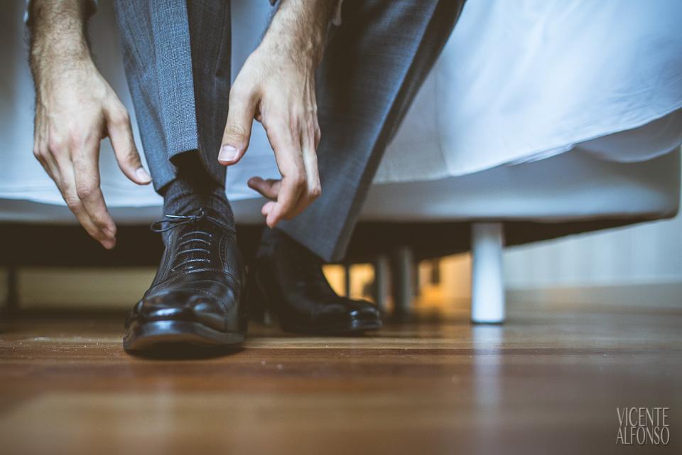 El novio atándose los  cordones de los zapatos