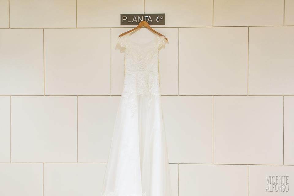 Traje de novia Vietnamita colgado de la pared en el Hotel NH Nacional