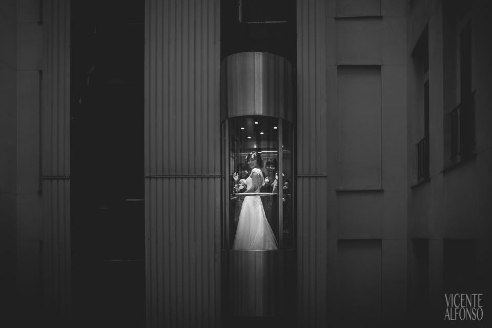 La novia y la familia bajando en el ascensor del Hotel NH Nacional Madrid