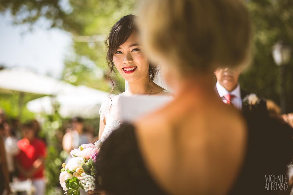 Mirada de la novia de Vietnam en la ceremonia en Normandie Ondarreta