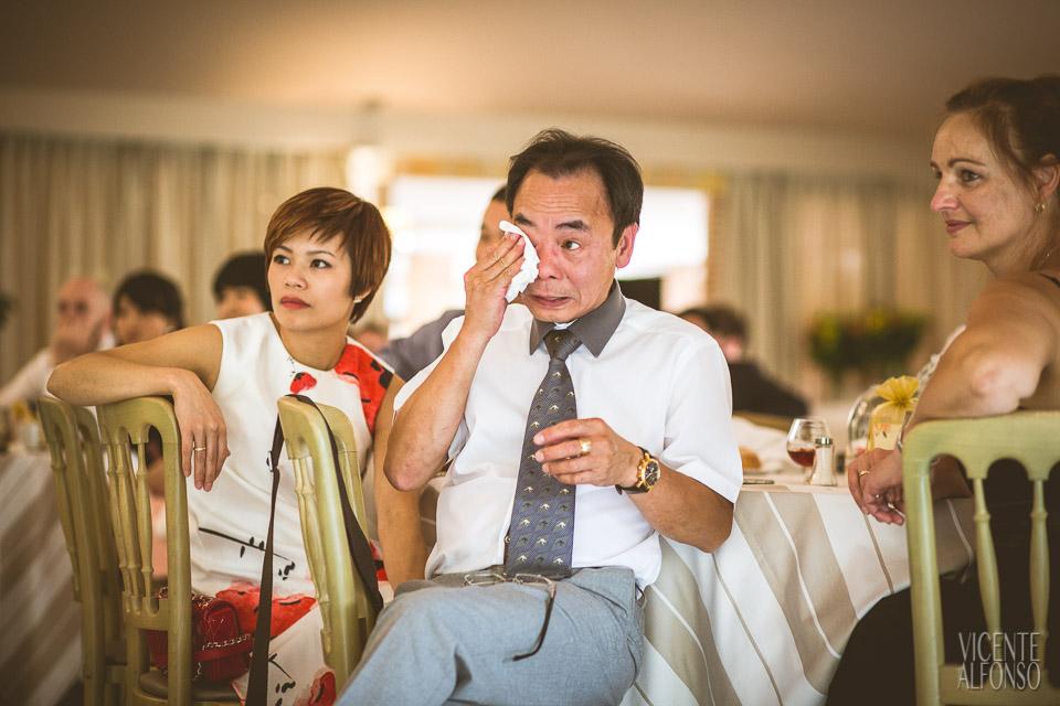 Familia de Vietnam llorando en el discurso de boda