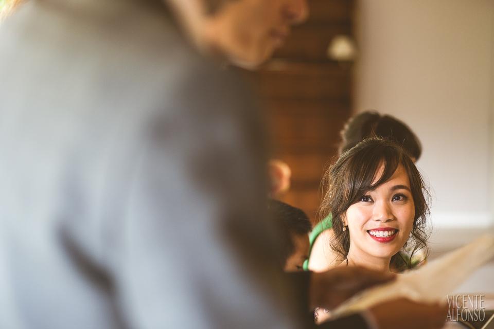 La novia riendo el discurso de su marido