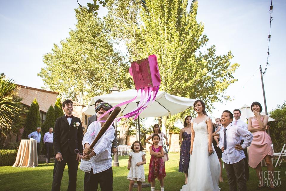 Niño rompiendo piñata en boda