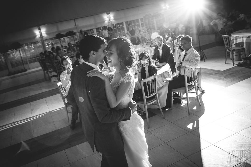 Wedding dance with Vietnamese bride and Spanish groom in Normandie Ondarreta 03