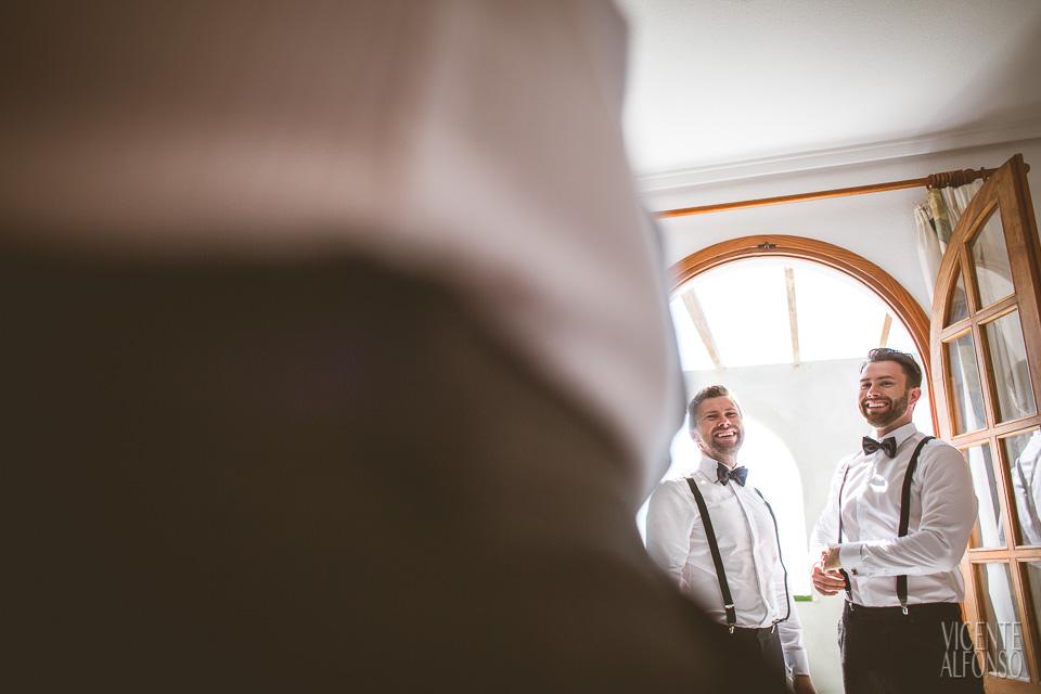 Novio y hermano Noruego riéndose mientas se visten