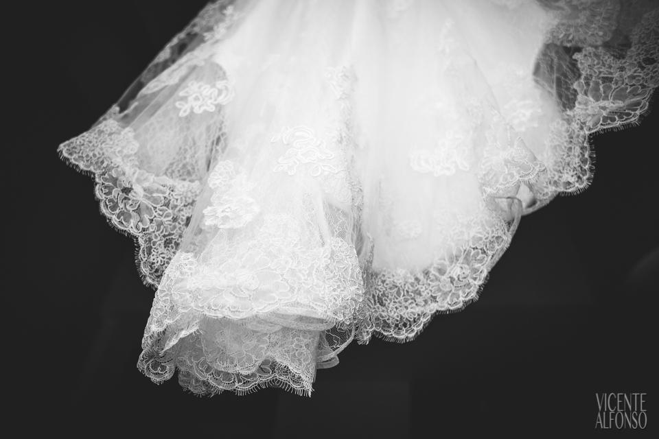 Detalle del bajo del vestido de la novia