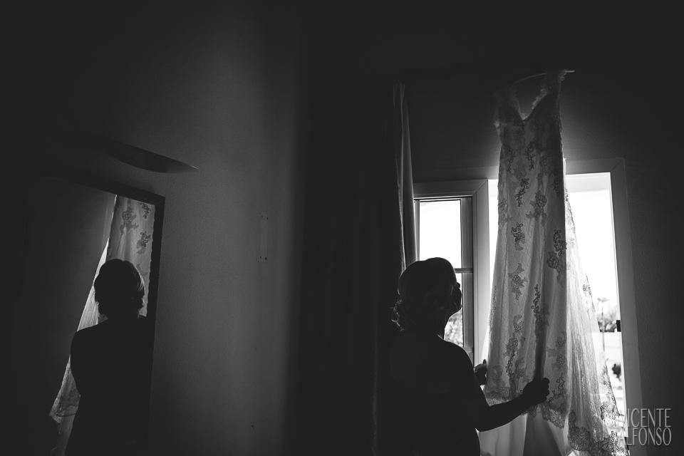 Novia Noruega cogiendo el vestido en su habitación de Alicante