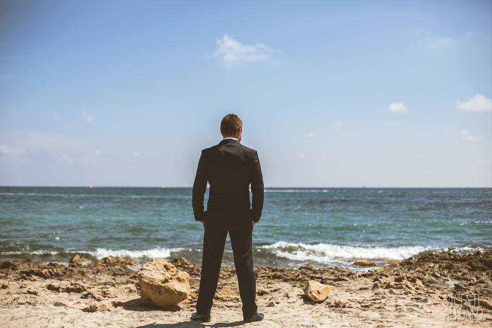 Novio Noruego esperando a la novia en la playa