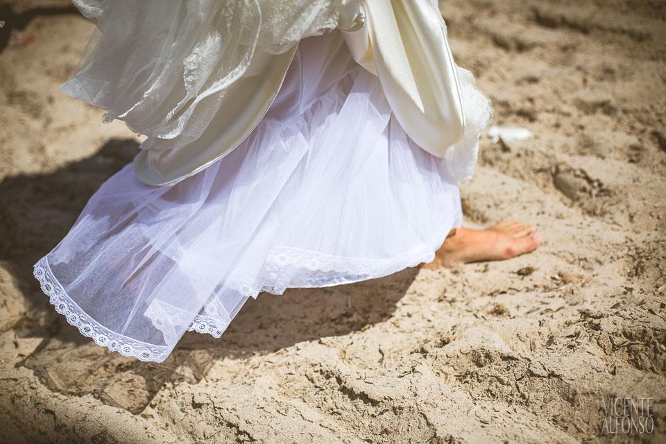 Detalle del vestido y pies de la novia