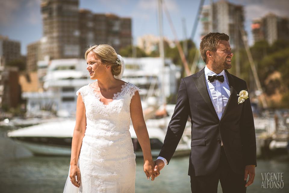 Novio y novia Noruegos agarrados de la mano en el puerto deportivo de Alicante