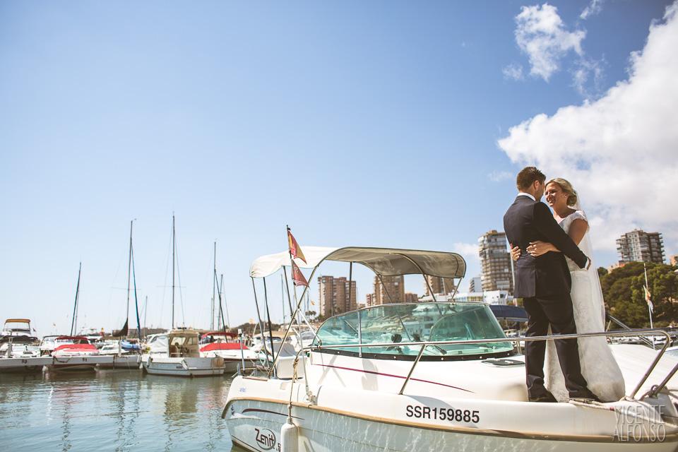Novios encima de un barco agarrados
