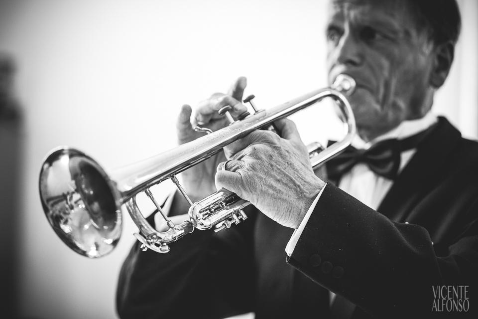 Tocando la trompeta en la ceremonia