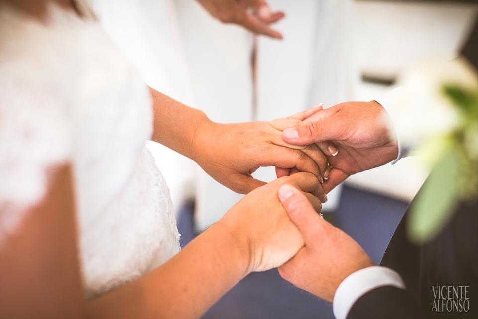 Novios dándose la mano para recibir el anillo