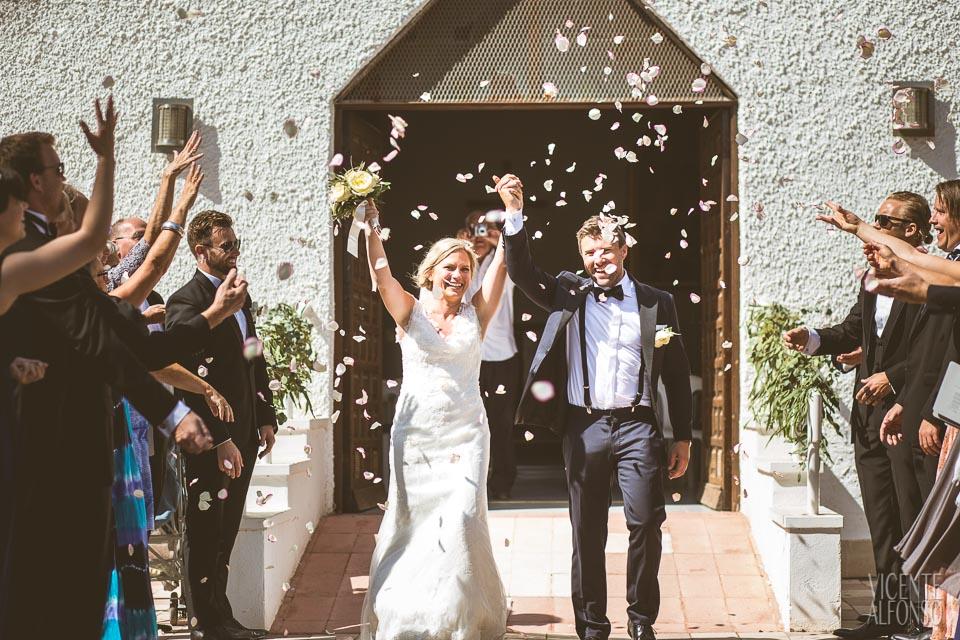 Salida de los novios con pétalos en una boda Noruega