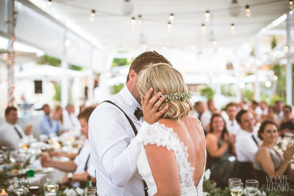 Novio besando a la novia en el banquete
