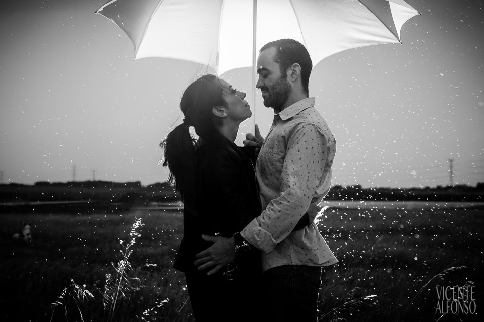 Engagement shoot in Spain, Engagement shoot in Madrid, Wedding in Spain, Bodas en España, Fotógrafía bodas, Fotógrafo de Bodas, Bodas España, Spain wedding photographer, Spanish wedding photographer, Best Spain wedding photographer, Vicente Alfonso, Preboda en Cáceres, Bodas Navalmoral de la Mata, Fotógrafo bodas en Navalmoral, Mejor fotógrafo bodas, Destination Wedding Photography, Fotógrafo de destinos, Fotógrafo internacional, Reportajes de preboda, Reportajes Fotografía Cáceres, Bodas en el Campo Arañuelo Mejor fotógrafo bodas, Reportajes de preboda, Preboda Jonás y Lucía, Fotografía tormentas, Fotografía con lluvia, Paraguas lluvia flash