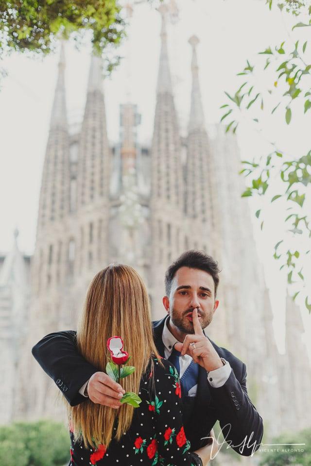 Mejor foto de pareja en la Sagrada Familia con novio prometiéndose a novia