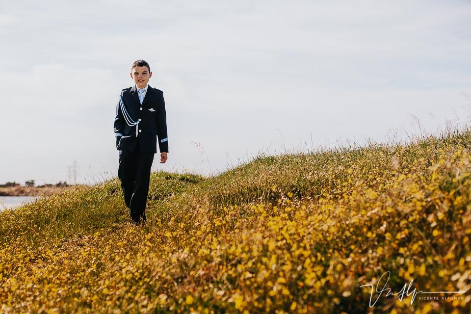 Niño de comunión andando por el campo