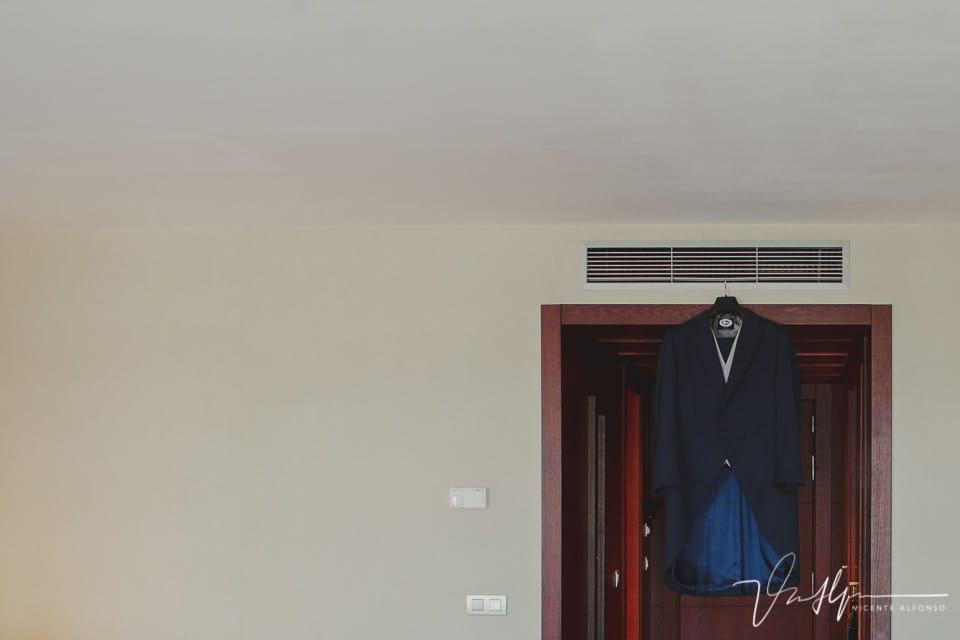 Boda en Trujillo traje de novio colgado en puerta