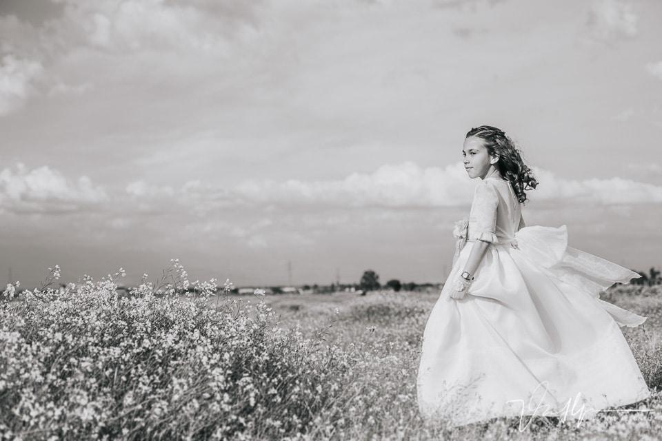 Niña con vestido de comunión en el campo