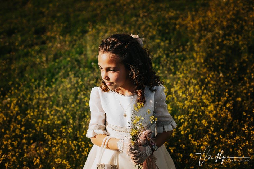 Retrato de niña de comunión con ramo de margaritas