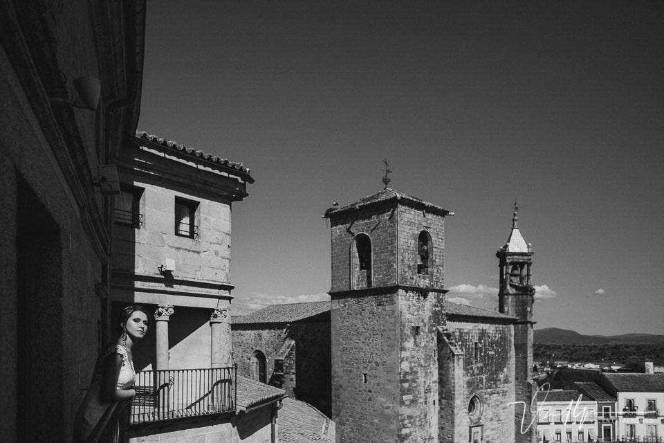 Novia mirando desde el NH la Iglesia de San Martín