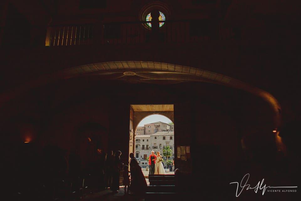 Novia en la puerta de la iglesia de San Martín en Trujillo