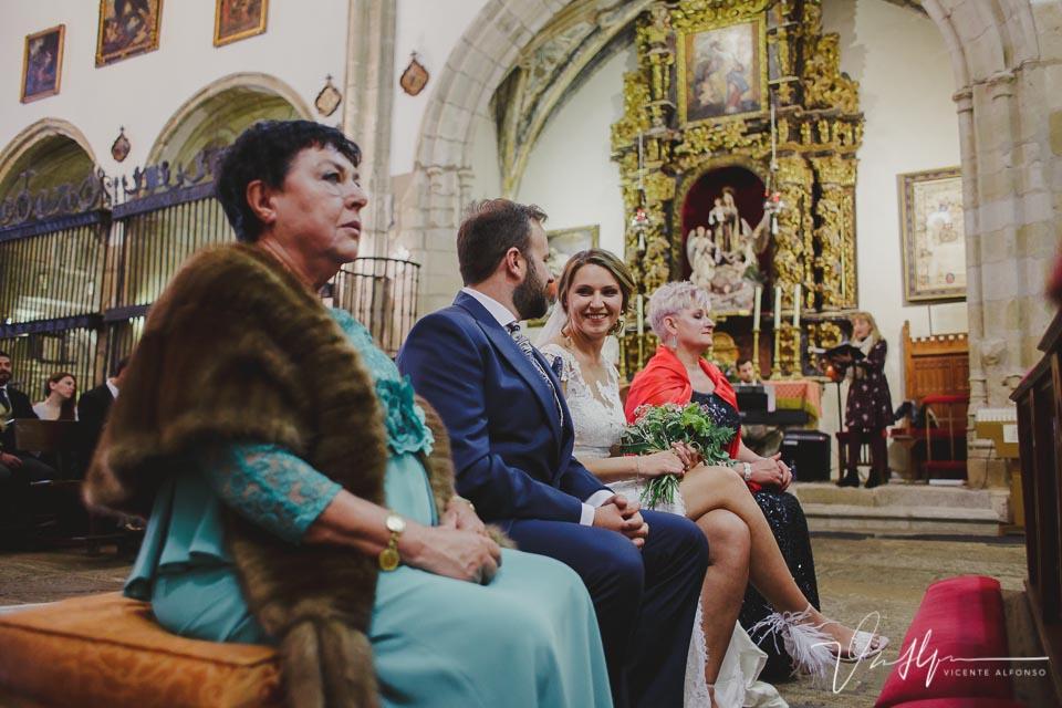 Novia mirando al novio en el altar