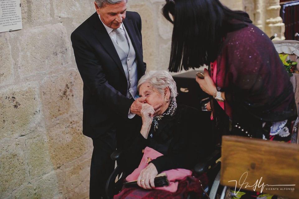 Abuela besando la mano de su hijo
