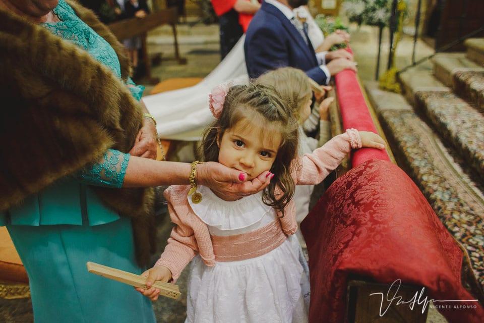 Mirada niña a cámara en el altar