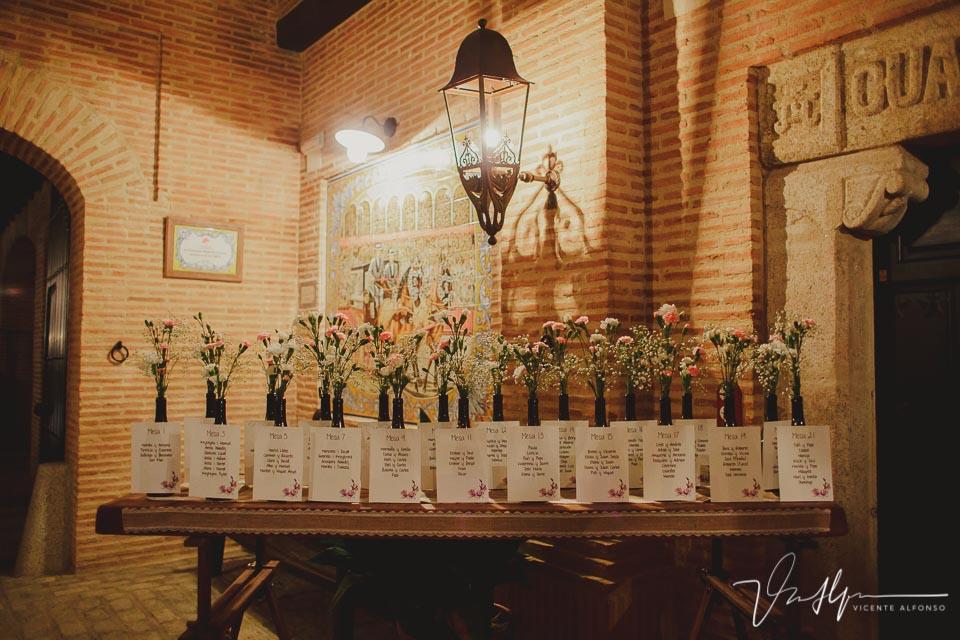 Mesero con el nombre y número de la mesa de los invitados