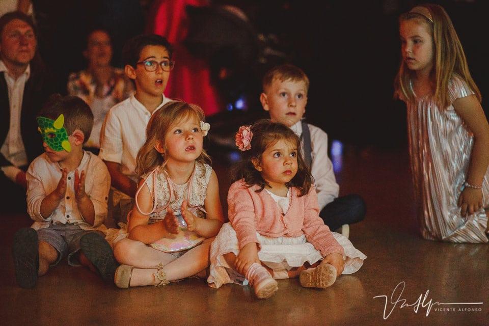 Niños mirando presentación en la boda