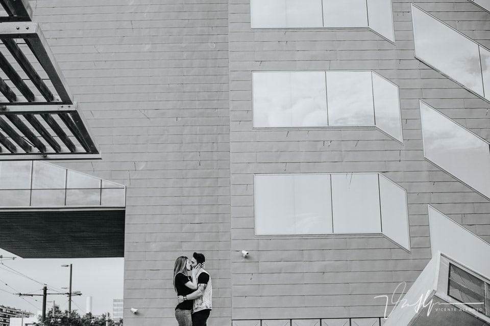 Pareja besándose en el centro de Barcelona