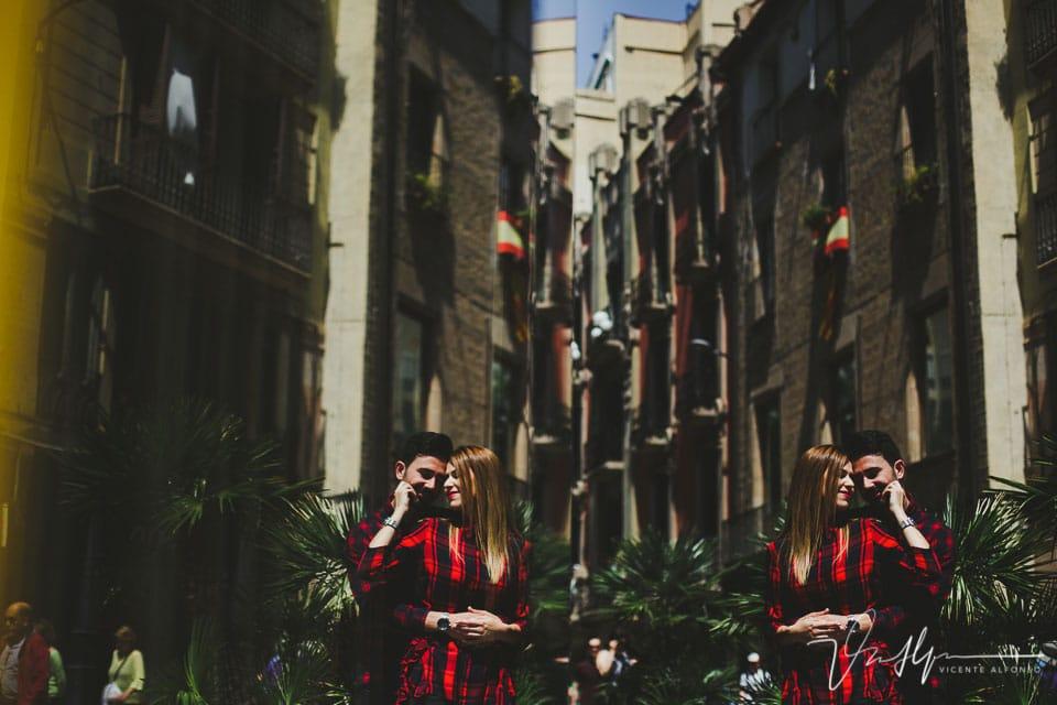 Reflejo de pareja besándose en el barrio del Born en Barcelona