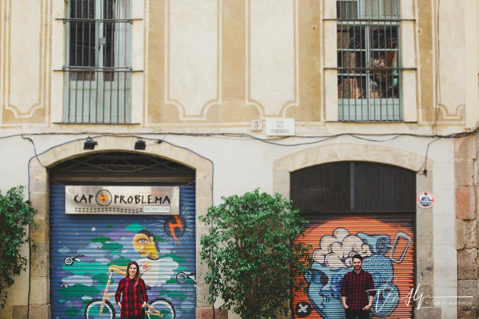 Retrato novios junto a graffiti Cap Problema en Barcelona