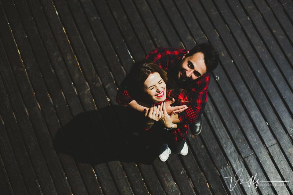 Vista cenital de los novios abrazados en el centro comercial Maremagnum de Barcelona