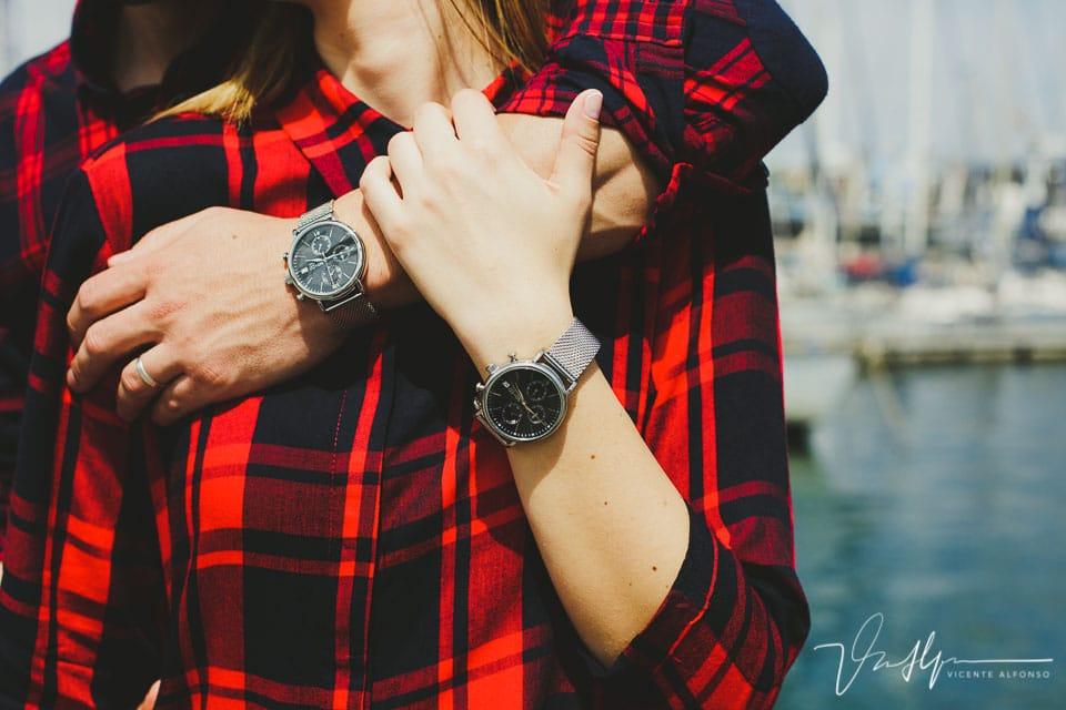 Detalle relojes idénticos de una pareja