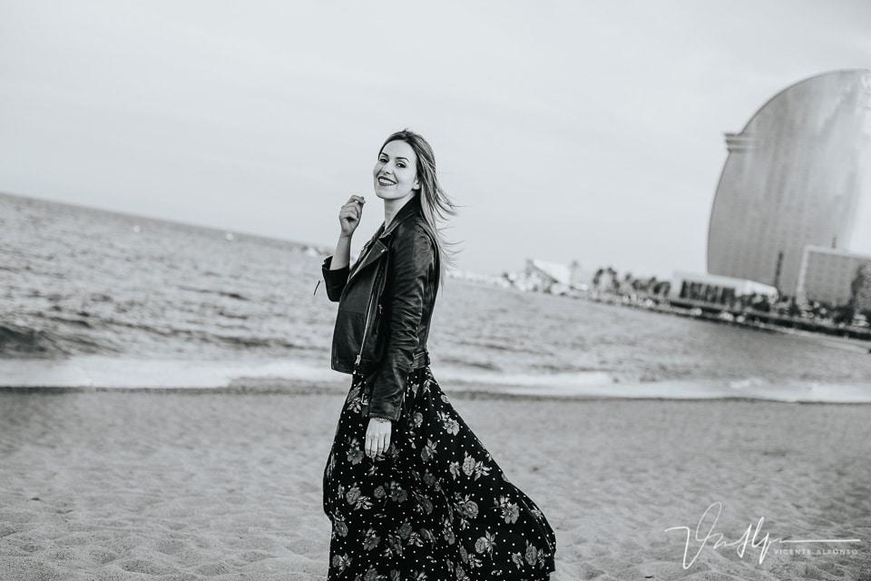 Novia con vestido largo en la playa junto al hotel W Vela