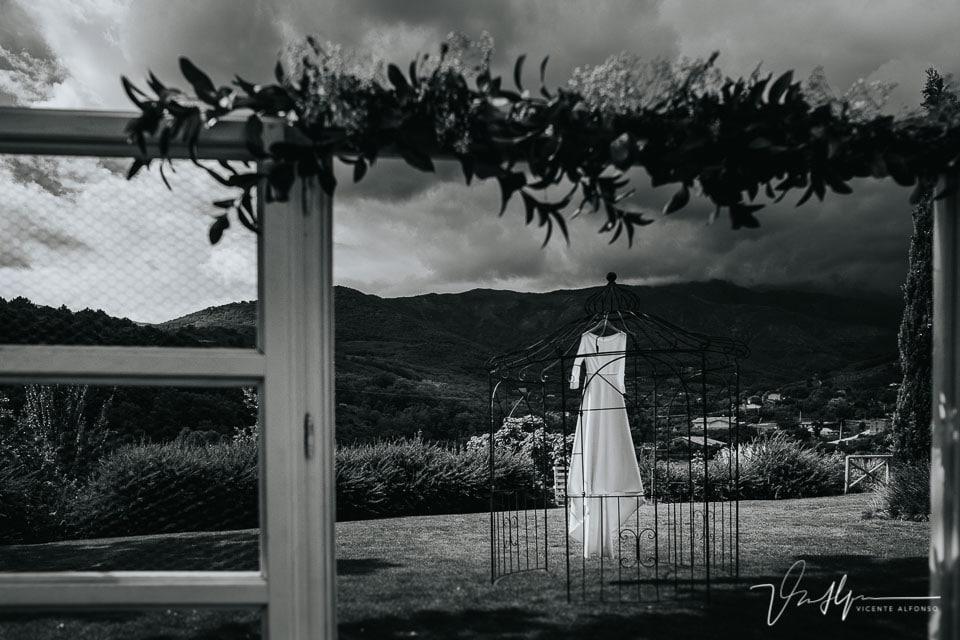 vestido de Sophie et Voilá colgado en jardín