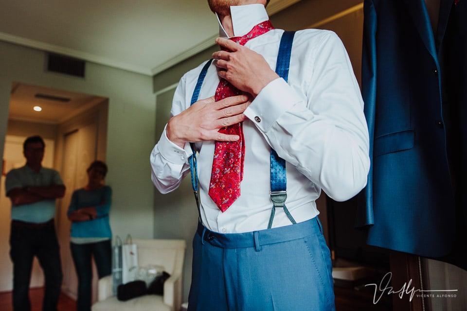 Novio ajustándose la corbata