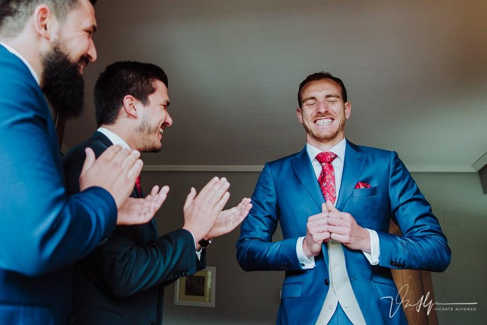 Amigos italianos aplaudiendo al novio