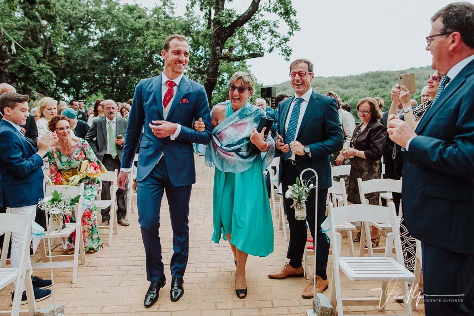 Novio llegando a la ceremonia civil con la madrina y padre