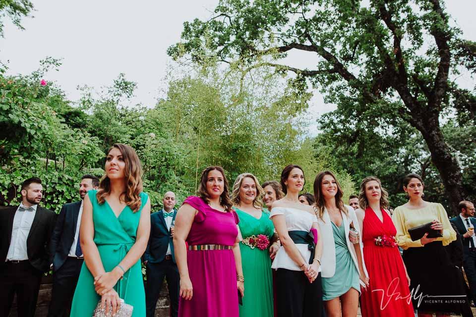 Amigas de la novia viendo la ceremonia