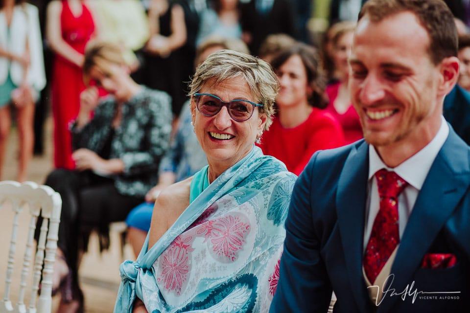 Madre del novio riendo en la ceremonia