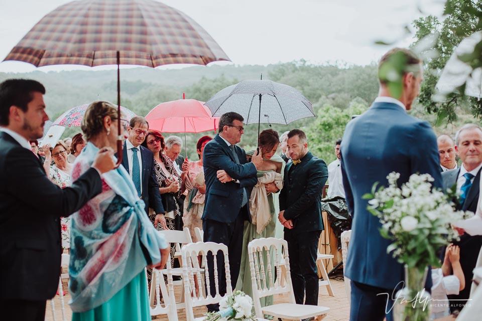 Los invitados sacando paraguas en la ceremonia civil