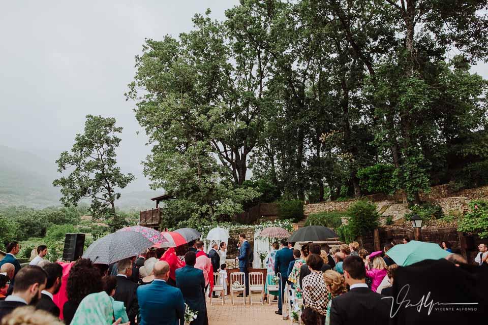 Vista trasera de la ceremonia Civil Ruta Imperial Gastro eventos bajo la lluevia