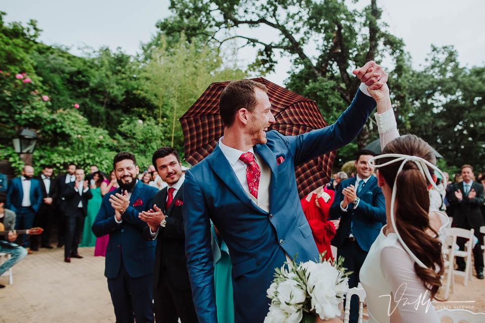 Novios saludando a los invitados después de casarse