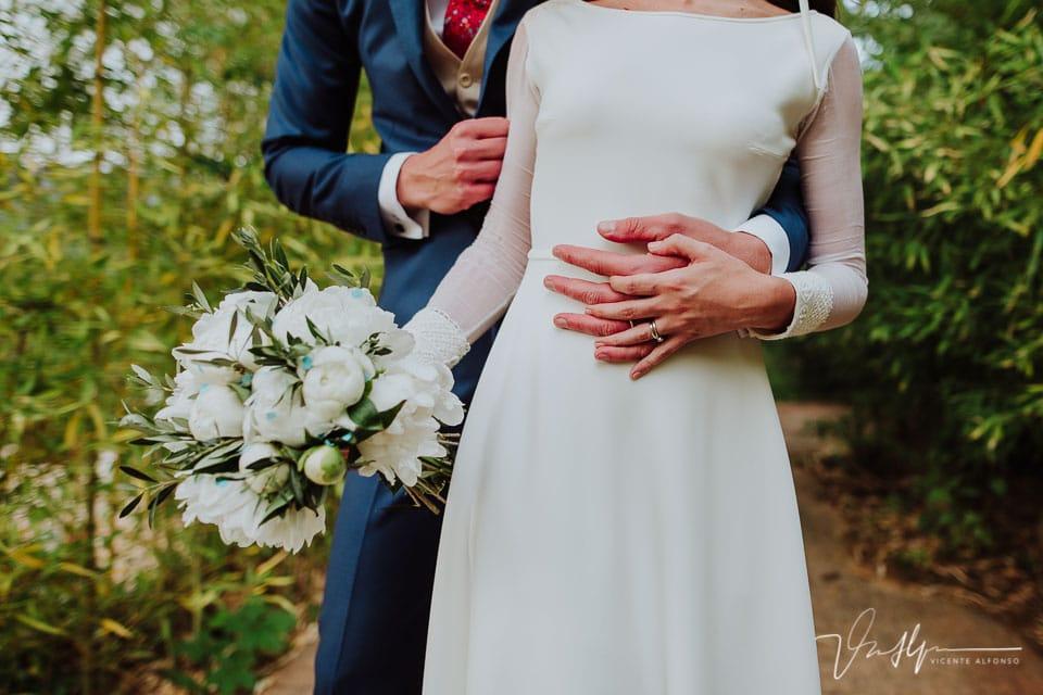 Detalle manos novios en el reportaje de bodas