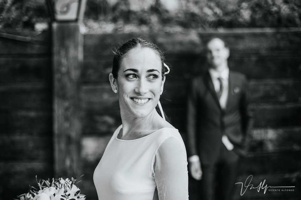 Foto en blanco y negro de la novia con el novio al fondo